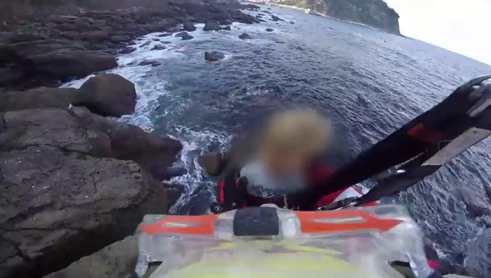 Frame 17.975893 de: Rescatan a un padre y a su hijo después de encallar en Tazones, Asturias