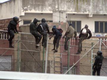 Inmigrantes tratando de saltar la valla de Melilla | Archivo