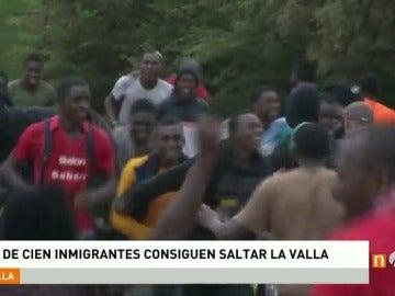 Frame 13.051703 de: Un centenar de inmigrantes saltan la valla de Melilla y logran entrar en suelo español