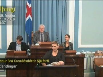 Frame 8.579248 de: Interviene en el Parlamento mientras da el pecho a su hija