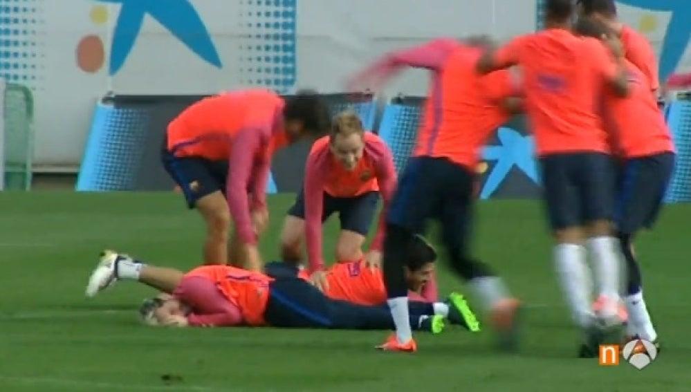 Messi y Suárez, en el suelo tras perder un rondo