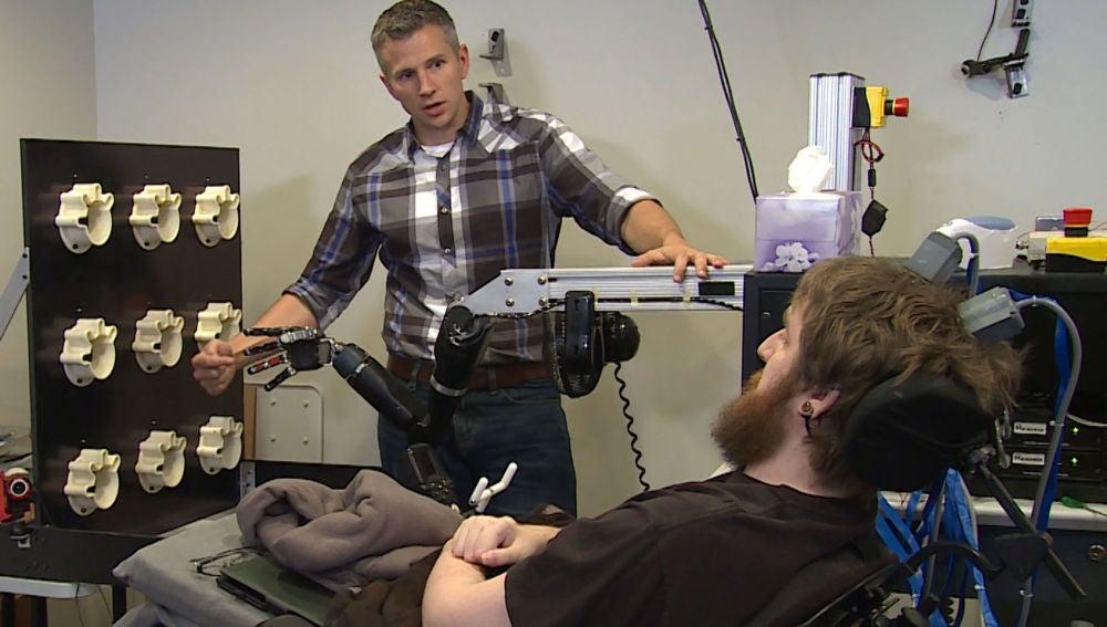 Nathan Copeland recupera el tacto gracias a un implante cerebral