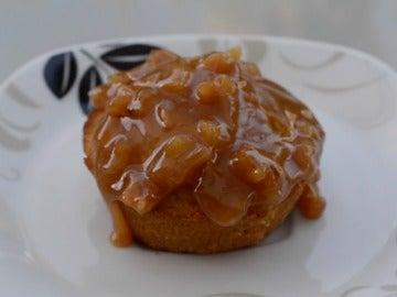 Muffins de manzana con topping de caramelo.