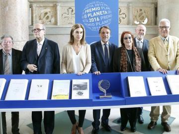 El presidente del Grupo Planeta José Creuheras junto a los miembros del jurado