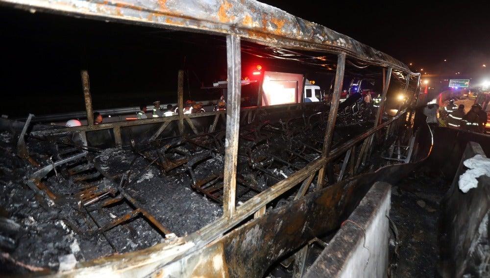 El autobús incendiado tras sufrir un accidente en la autopista Gyeongbu