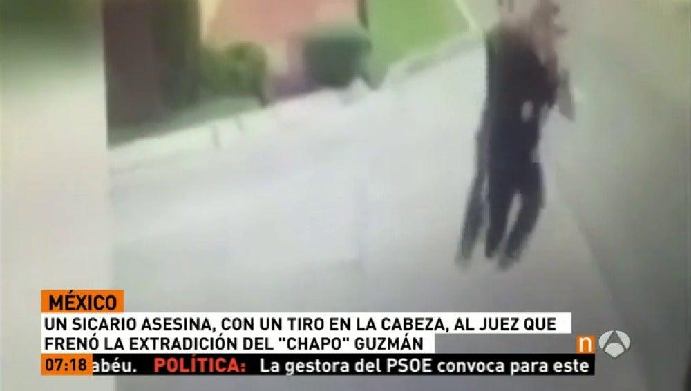 Frame 14.83869 de: Asesinan de un disparo en la calle al juez federal que frenó la extradición a EEUU de 'El Chapo' Juzmán