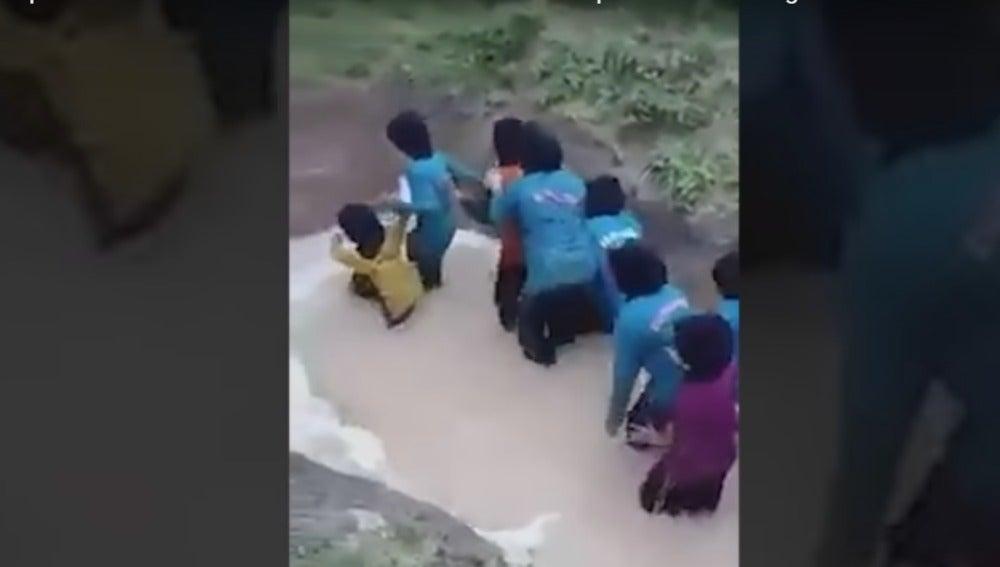 Las niñas intentando cruzar una charca con dos pitones dentro