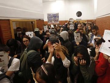 Jóvenes con la cara tapada intentan taponar la entrada de Felipe González en la UAM