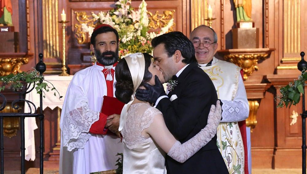 Sellan su matrimonio con un caluroso beso