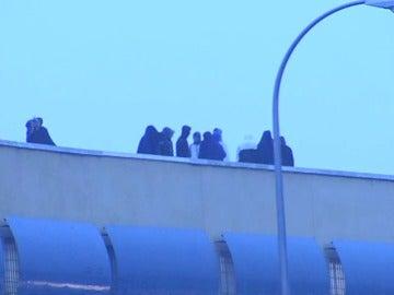 Frame 27.15681 de: Termina el amotinamiento de una treintena de inmigrantes en el Centro de Internamiento de Extranjeros de Aluche