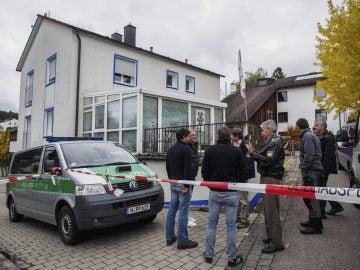 Policías acordonan la vivienda en la que un ultraderechista ha herido a cuatro policías durante un registro policial