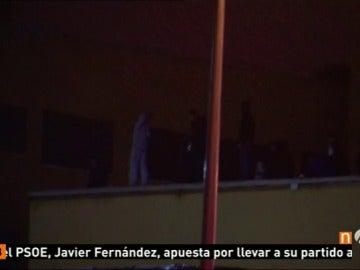 Frame 93.166672 de: Continúa el amotinamiendo de una treintena de inmigrantes en el Centro de Internamiento de Extranjeros de Aluche