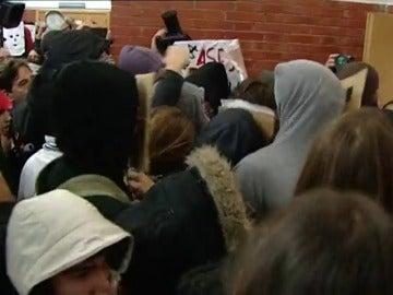 """Frame 40.313545 de: Suspenden la conferencia de Felipe González en la UAM ante la """"violencia"""" de la protesta de decenas de jóvenes enmascarados"""