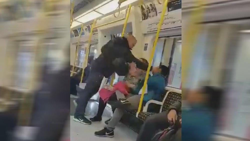 Imagen de la agresión en el Metro de Londres