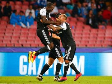 Los jugadores del Besiktas celebran el decisivo gol de Aboubakar ante el Nápoles