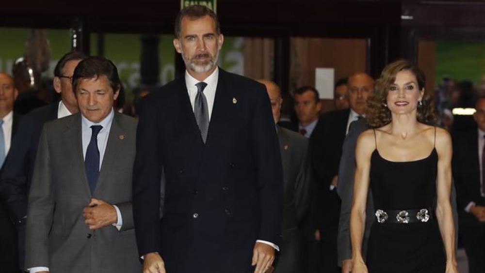 El Rey Felipe y la Reina Letizia junto a Javier Fernández