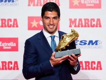 Luis Suárez posa con la Bota de Oro