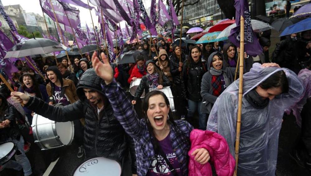 Miles de mujeres protestan en Argentina