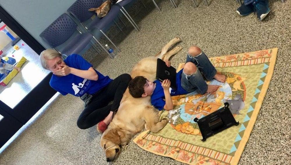 Niño con autismo junto a su nuevo amigo Tornado