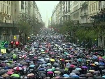 """Frame 2.084532 de: Miles de personas gritan en toda América Latina """"ni una menos"""" en solidaridad con el asesinato de la joven argentina violada y drogada"""
