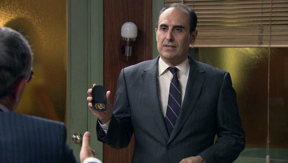El inspector Yuste acude a Quintero preguntando por Leonor y Miguel