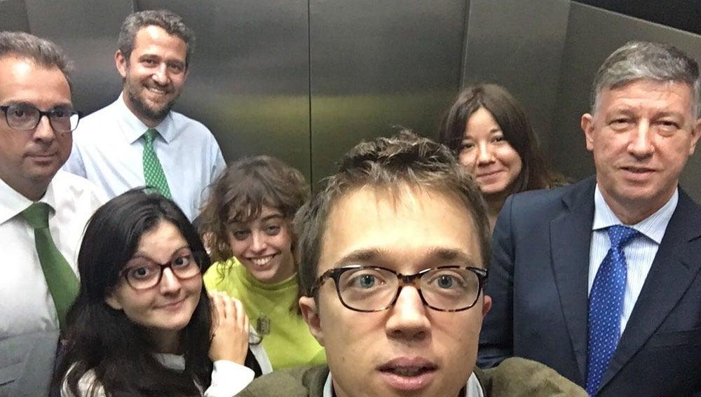 Imagen subida por Errejón del momento en el que un ascensor del Congreso se ha averiado