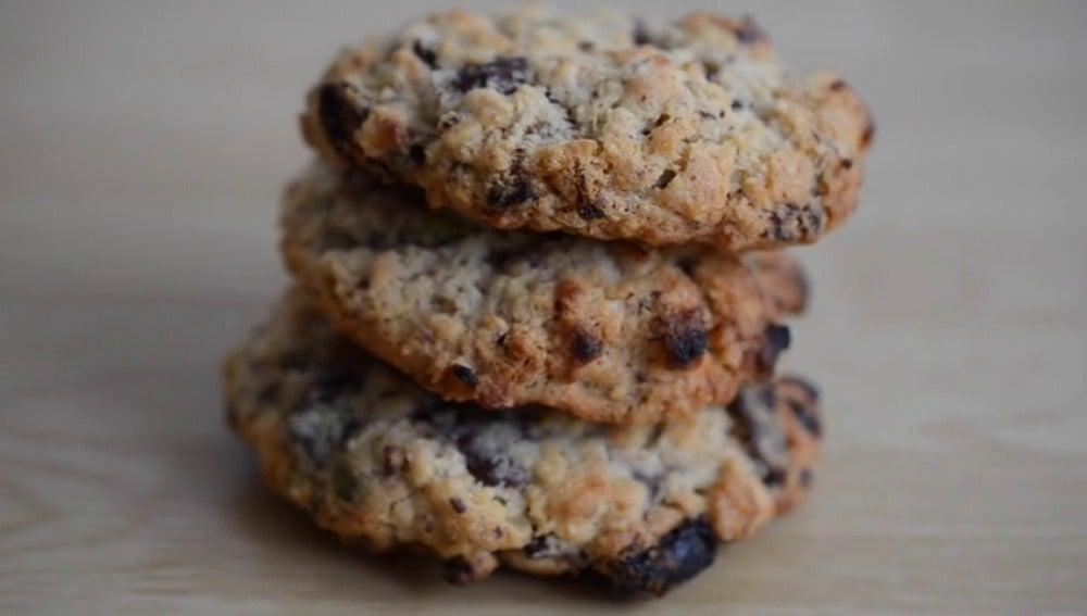 Frame 14.90271 de: Galletas de avena, frutos secos y chocolate para un super desayuno