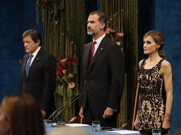 Los Reyes y Javier Fernández en el escenario de los Princesa de Asturias