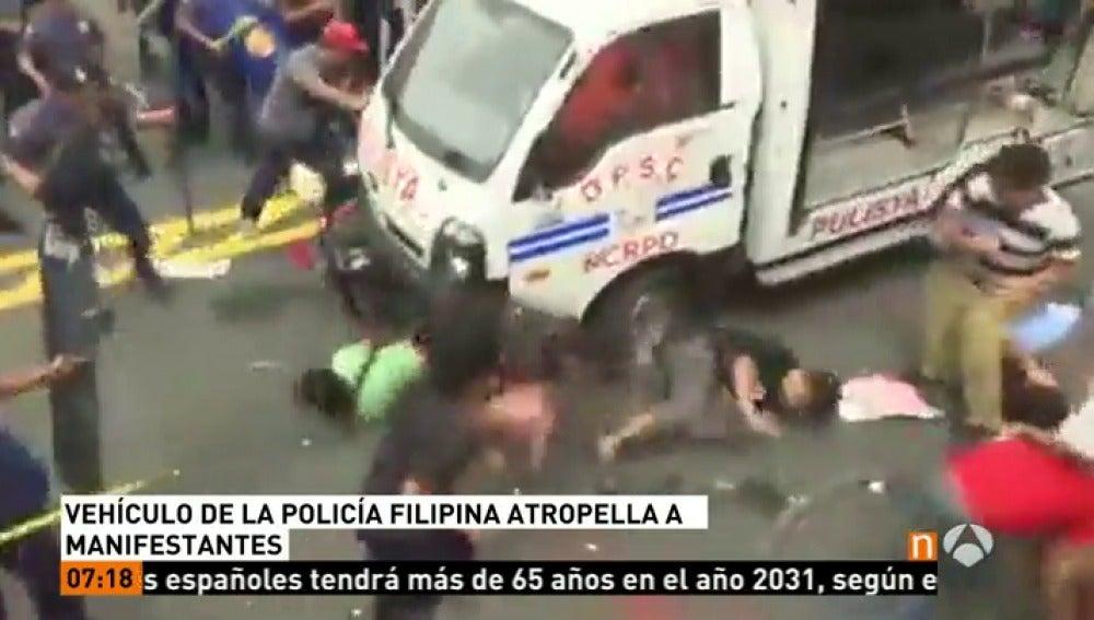 Un vehículo atropella a varios manifestantes