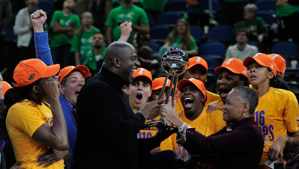 Magic Johnson entrega el trofeo de la WNBA a las jugadoras de los Sparks de los Ángeles