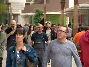Gente pasea por un centro comercial