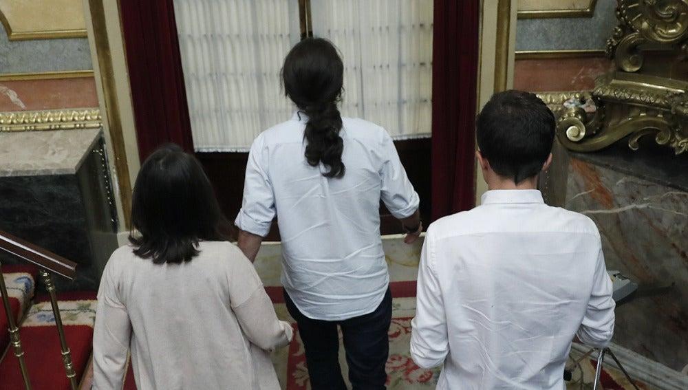 Iglesias, Bescansa y Errejón abandonan el hemiciclo