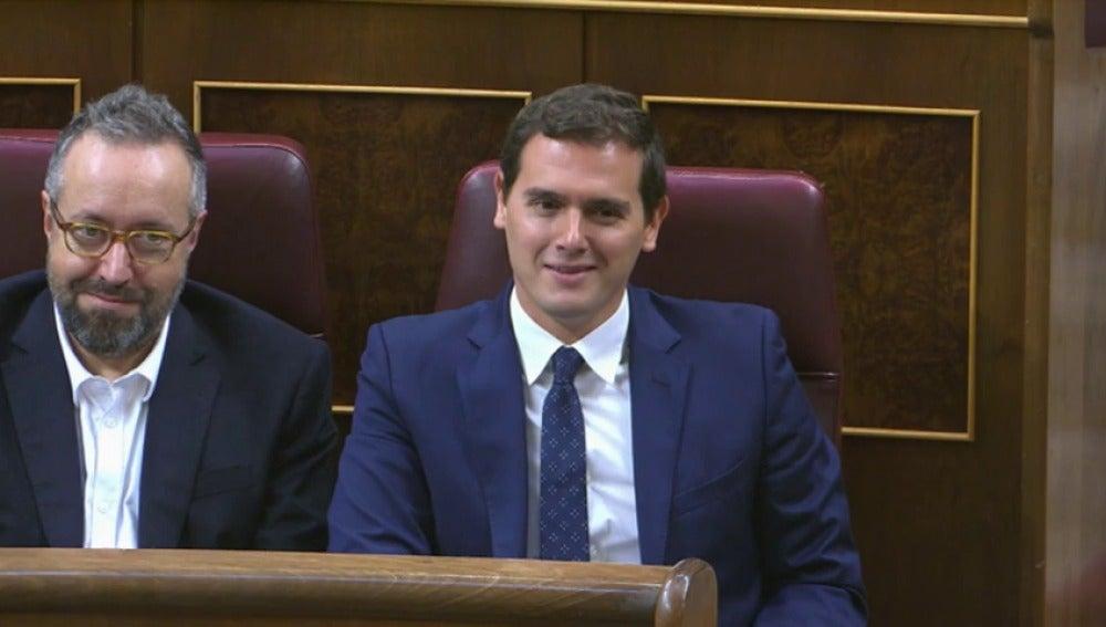 """Frame 36.459692 de: Rivera susurra """"vaya gilipollas"""" en respuesta a una provocación de Pablo Iglesias"""