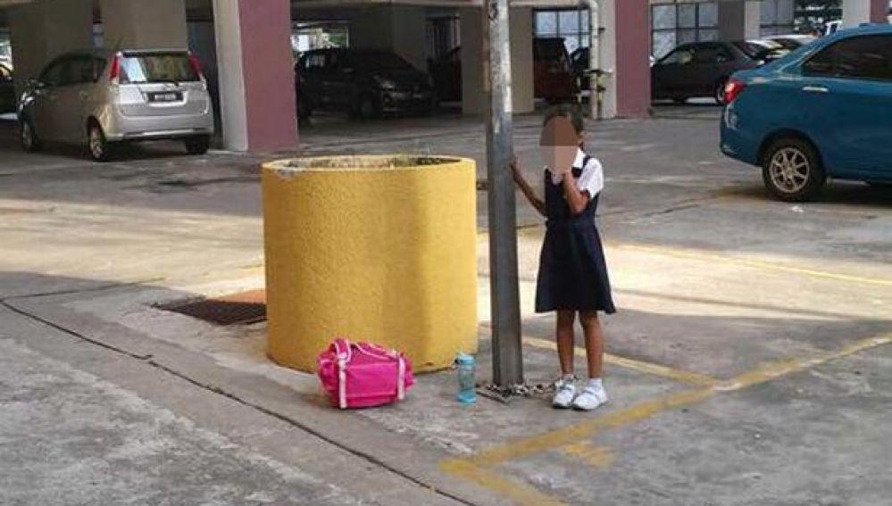 La niña encadenada a la farola