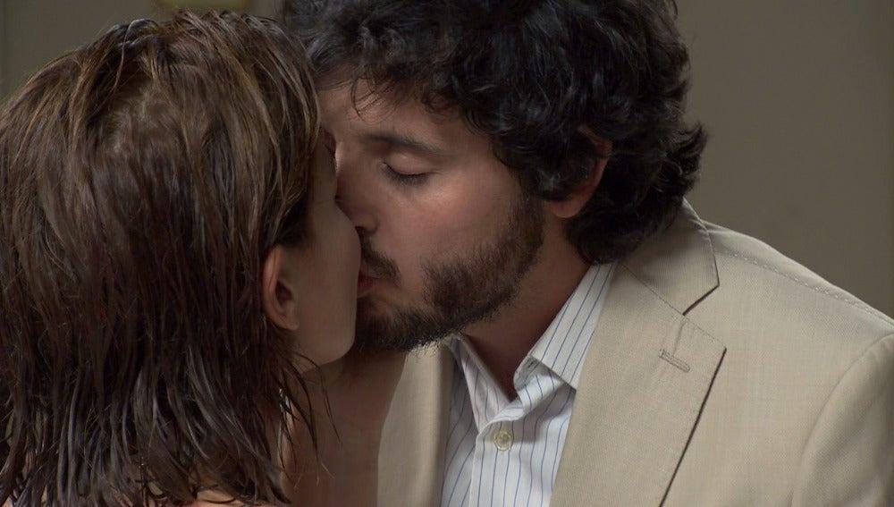 Nuria y Jaime se besan apasionadamente en el baño