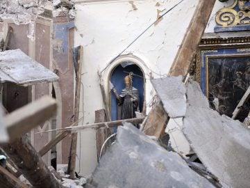 Vista de una iglesia dañada por el terremoto de este jueves en la localidad de Villa Sant'Antonio