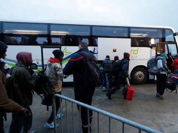 Autobús que transporta a los inmigrantes de Calais