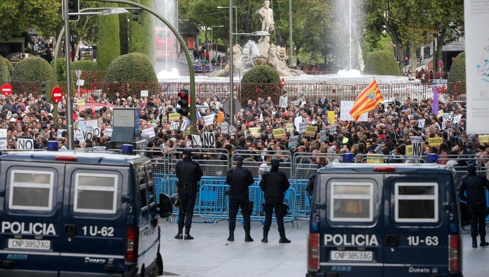 Efectivos de la policía a la entrada a la Carrera de San Jerónimo frente a una concentración anterior de la iniciativa 'Rodea el Congreso'