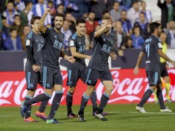 Xabi Prieto celebra el tanto con sus compañeros de la Real Sociedad.