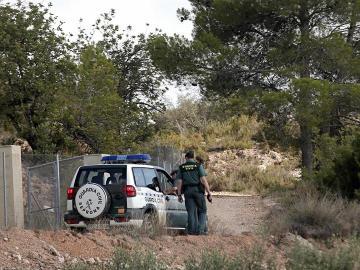 Agentes de la Guardia Civil recorren el camino de acceso al lugar donde agentes del Servicio de Protección de la Naturaleza (Seprona) han localizado, en el fondo de una profunda sima, el cadáver desnudo de una joven en las inmediaciones de la localidad valenciana de Chella