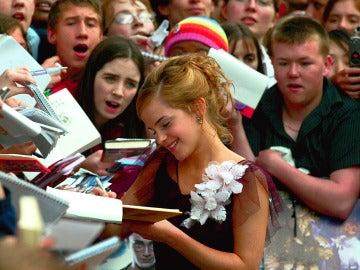 Emma Watson firmando autógrafos a los fans
