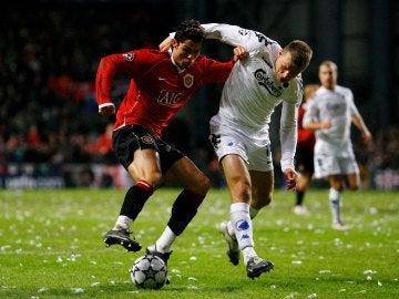 Michael Gravgaard intenta robarle el balón a Cristiano Ronaldo durante el Copenhague - United del año 2006