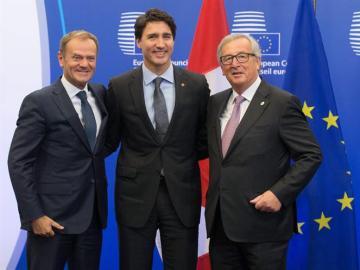 El primer ministro canadiense, Justin Trudeau, el presidente de la CE, Juncker, y el presidente del CE Donald Tusk