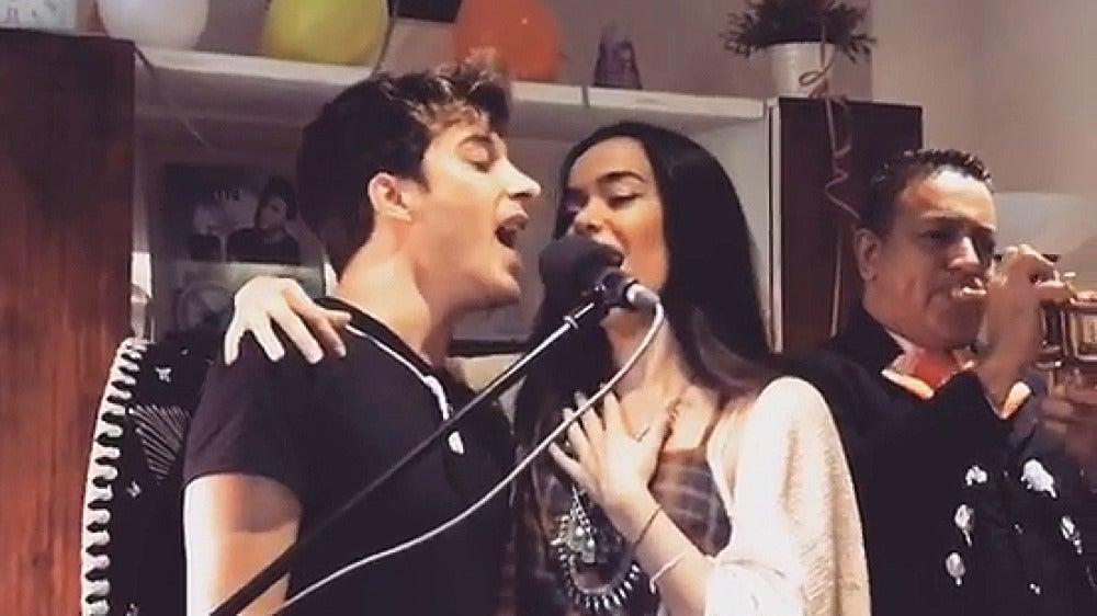 Blas Cantó canta la ranchera 'Si nos dejan' junto a su compañera Beatriz Luengo en su fiesta de cumpleaños mexicana