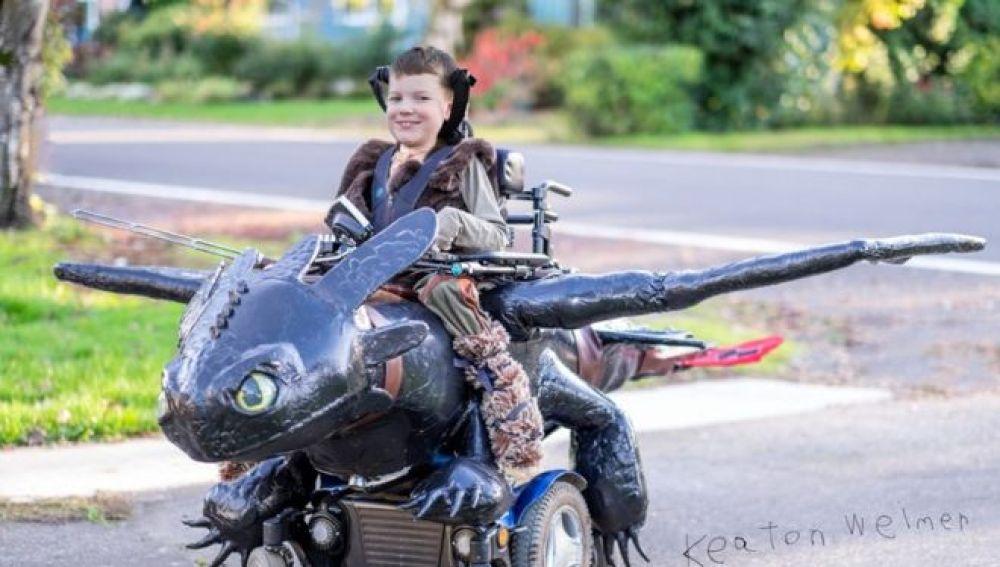 Un niño con atrofia muscular celebra Halloween con su increíble disfraz