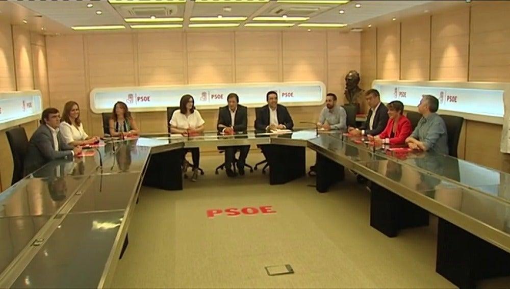 Frame 90.870639 de: Los socialistas rechazan el acercamiento a Podemos y piden a Sánchez que no se insulte a sí mismo
