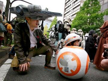 Una niña disfrazada junto a su padre en un desfile en Japón