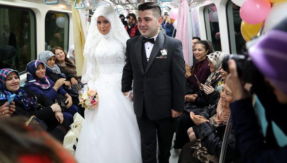 Primera pareja en casarse en el metro en Estambul
