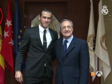 Bale, en el acto de renovación junto a Florentino Pérez