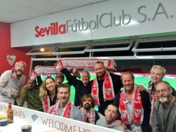 El elenco de Juego de Tronos disfruta del Sevilla-Barça